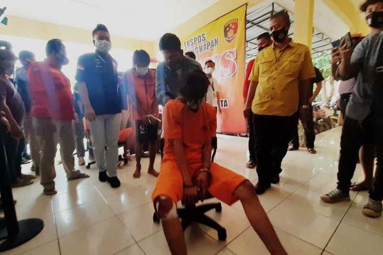 Polisi berhasil mengamankan lima pelaku pembacokan terhadap juru parkir dan pedagang ikan di Serang, Banten.