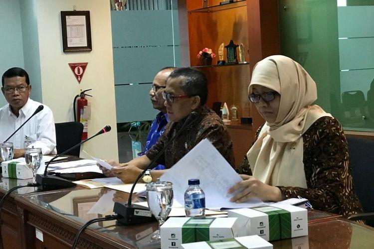 Ketua KY Jaja Ahmad Jayus (kedua dari kanan) dan Ketua Bidang Pengawasan Hakim dan Investigasi KY Sukma Violetta (kanan) dalam konferensi pers terkait laporan kinerja KY RI pada tahun 2018, di Gedung KY, Jakarta Pusat, Senin (31/12/2018).