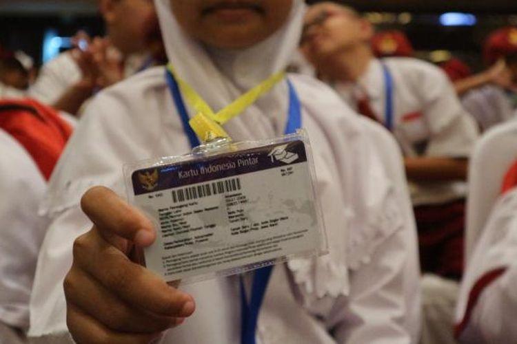 Siswi SD menunjukkan Kartu Indonesia Pintar dalam acara Rembuk Nasional Pendidikan dan Kebudayaan 2017, di Jakarta International Expo (JIExpo), Kemayoran, Jakarta, Kamis (26/1/2017).