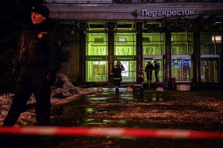 Petugas pemadam kebakaran dan polisi sedang bekerja di lokasi ledakan bom, di sebuah supermarket di Saint Petersburg, Rusia, Rabu (27/12/2017). (AFP/Olga Maltseva)