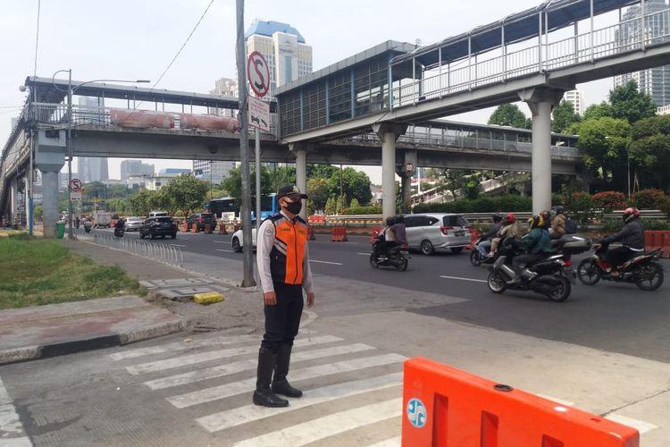 Petugas Suku Dinas Perhubungan Jakarta Selatan mengatur lalu lintas di persimpangan Jalan Pintas Garnisun-Gatot Subroto, Jakarta, Selasa (1/9/2020).