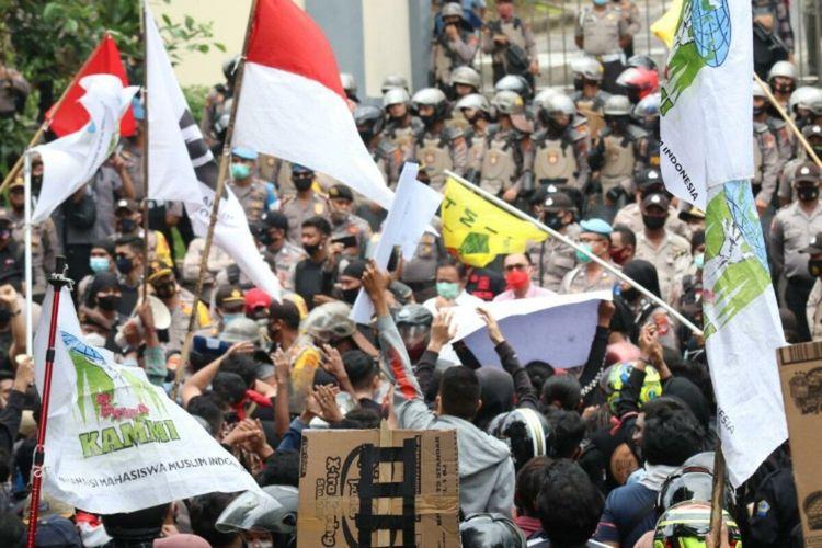 Demo mahasiswa dan buru di depan kantor DPRD Sulut, Kamis (8/10/2020)