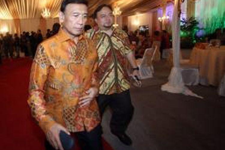 Ketua Partai Hanura Wiranto (kiri) berjalan menuju Studio Orange Kompas TV, Jakarta, Rabu (30/10/2013). Para tokoh nasional berdiskusi mengenai permasalahan bangsa jelang Pemilu 2014 dalam acara Forum Diskusi Indonesia Baru yang ditayangkan Kompas TV.