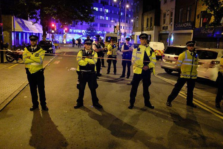 Aparat Kepolisian Kota London menjaga sebuah jalan di sekitar Finsbury Park, di utara kota itu, setelah insiden penabrakan mobil ke arah jemaah masjid, Senin dini hari (19/6/2017).