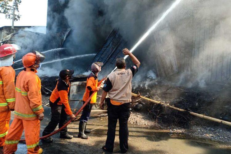 Gudang ban di toko Istana Ban Jalan Raya Pantura Kudus - Pati KM 5, Mejobo, Kabupaten Kudus, Jawa Tengah yang terbakar hebat pada Rabu (3/6/2020) malam masih dipadamkan hingga Kamis (4/6/2020) pagi.