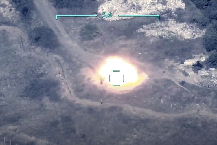 Dalam foto handout yang dirilis Kementerian Pertahanan Azerbaijan pada 27 September 2020 menunjukkan pasukan Azerbaijan menghancurkan sistem anti-pesawat milik Armenia. Perang dua negara pecah di Nagorny Karabakh yang dikuasai pemberontak.