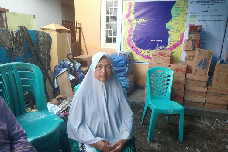 Ernawati (61) korban banjir badang dan longsor saat berada di posko bencana Agam, Sumatera Barat, Minggu (24/11/2019)