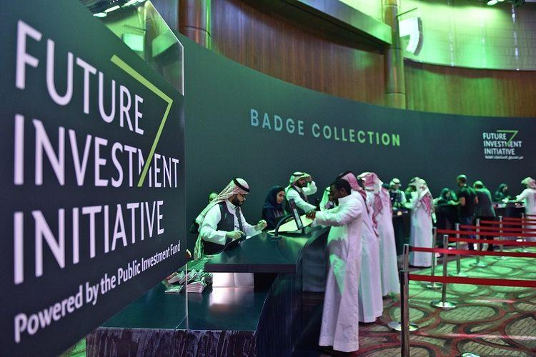 Dalam foto yang diambil pada 22 Oktober 2018 ini,  terlihat para jurnalis Arab Saudi mengambil tanda pengenal di pusat media KTT Inisiatif Investasi Masa Depan (FII) yang digelar 23-25 Oktober di Riyadh.