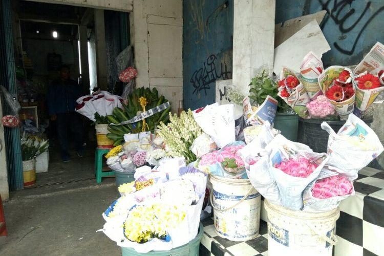 Jelang hari Valentine yang identik dengan hari kasih sayang membuat mendatangkan rezeki bagi para pedagang bunga yang berada di wilayah Pondok Aren dan Pamulang, Tangerang Selatan.