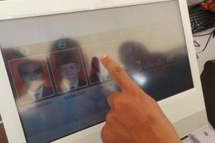 Simulasi e-voting dengan menggunakan teknologi buatan Badan Pengembangan dan Penerapan Teknologi (BPPT).