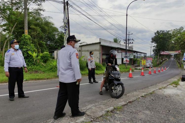 Tim gabungan berjaga di wilayah perbatasan Banyumas-Purbalingga di Desa Silado, Kecamatan Sumbang, Kabupaten Banyumas, Jawa Tengah, Sabtu (6/2/2021).
