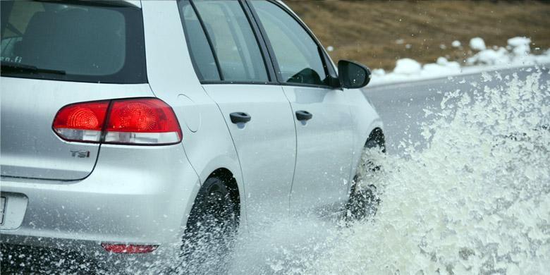 Gejala Aquaplanning kerap terjadi di jalan, meskipun banyak pengemudi yang tidak menyadarinya.