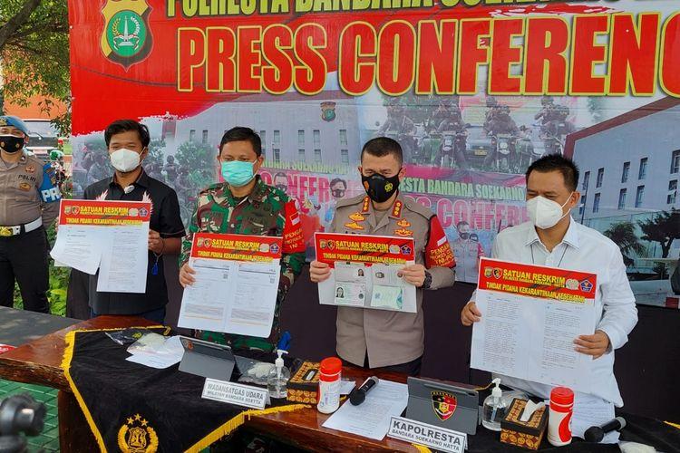 Kapolresta Bandara Soekarno-Hatta Kombes Pol Adi Ferdian saat menunjukkan barang bukti kasus yang menjerat dua WN asal Inggris yang kabur dari proses karantina kesehatan (20/5/2021).