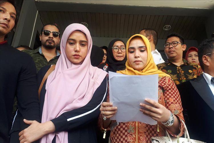 Artis Fairuz A. Rafiq melaporkan mantan suaminya, Galih Ginanjar, Rey Utami, dan Pablo Benua atas kasus dugaan pencemaran nama baik melalui media sosial. Laporan tersebut dibuat di Sentra Pelayanan Kepolisaian Terpadu (SPKT)Polda Metro Jaya