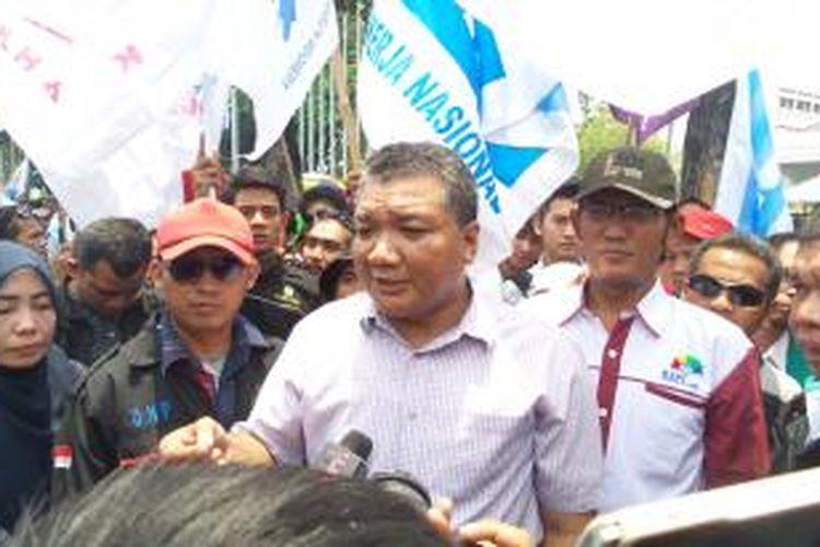 Sekretaris Jenderal Konfederasi Serikat Pekerja Indonesia (KSPI) Muhammad Rusdi saat aksi demo buruh di depan Balaikota Jakarta, Selasa (21/10/2014).