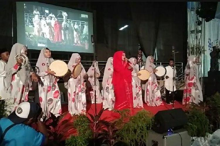 Kelompok Kasidah Az Zahra dari Masjid Raya Jayapura tampil bersama paduan suara Ave Maria Kota Jayapura dan GKI PNIEL Kotaraja dalam pembukaan Pesparani I Katolik di Tanah Papua, Kota Jayapura, Papua, Kamis (14/11/2019) malam