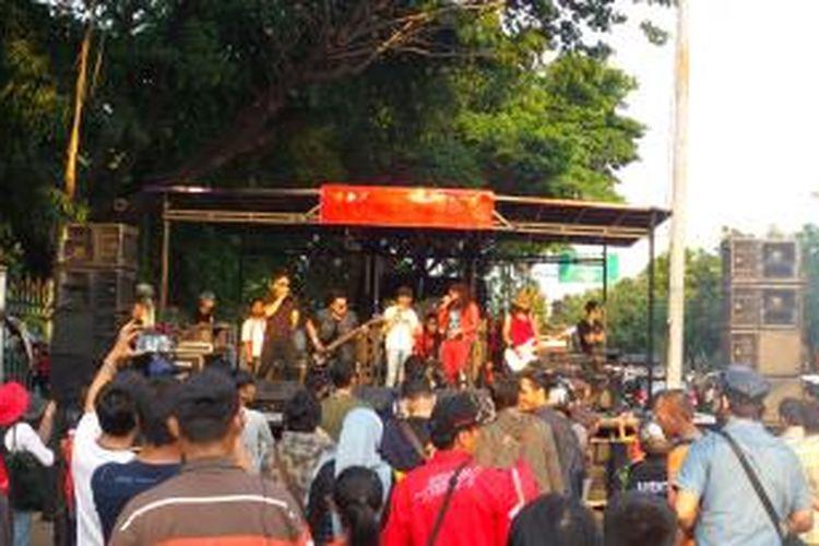 Panggung musik dari para relawan dari kelompok Timbul Sehati yang didirikan di kawasan Lapangan IRTI Monas, Senin (20/10/2014)