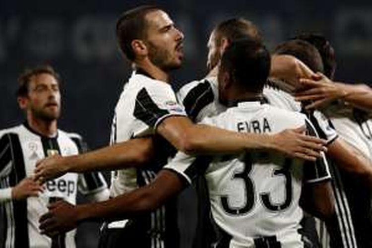 Para pemain Juventus merayakan gol yang dicetak ke gawang Sampdoria pada pertandingan di Juventus Stadium, Rabu (26/10/2016).
