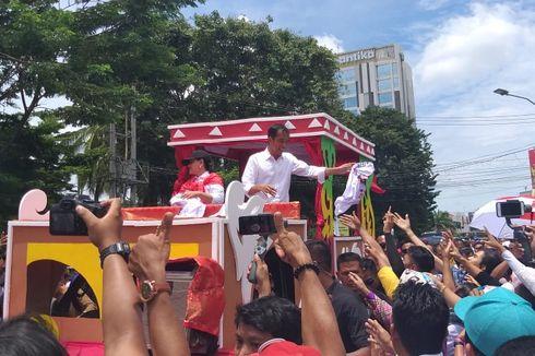BERITA FOTO: Jokowi Naik Perahu Hias Bareng Istri Saat Kampanye di Palembang