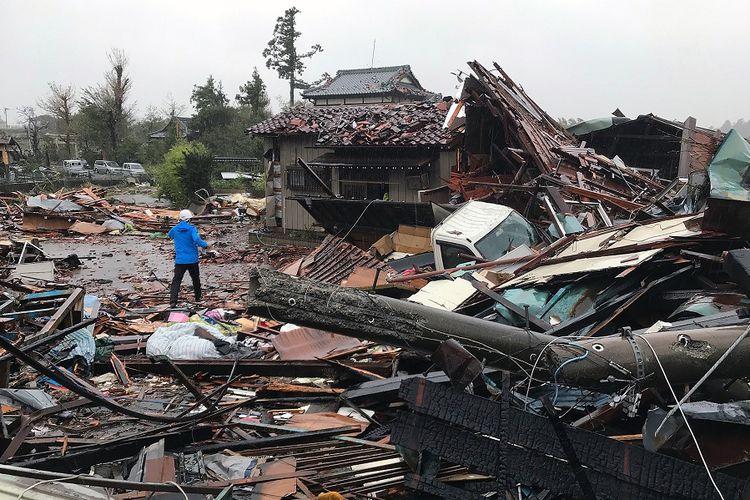 Kerusakan pada rumah-rumah warga di Ichihara, Prefektur China, setelah diterjang Topan Hagibis pada Sabtu (12/10/2019).