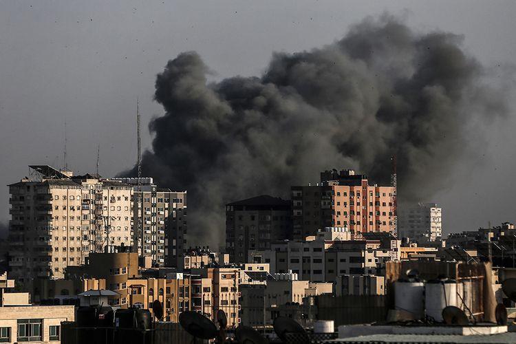 Asap mengepul dari wilayah yang menjadi target serangan udara Israel di Kota Gaza, Palestina, Minggu (5/5/2019). Hubungan Israel dan Palestina kembali memanas dengan keduanya saling melemparkan serangan udara serta meruntuhkan negosiasi yang dimediasi Mesir selama sebulan.