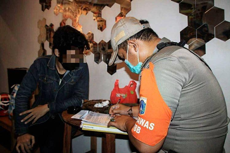 Pemilik tempat usaha masih acuh terhadap Seruan Gubernur DKI Jakarta Nomor 17/2020 Tentang Pengendalian Kegiatan Masyarakat Dalam Pencegahan Covid-19 Pada Masa Libur Hari Raya Natal 2020 dan Tahun Baru 2021.