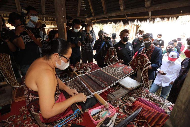 Menteri Pariwisata dan Ekonomi Kreatif Sandiaga Uno saat mengunjungi Desa Wisata Tenganan Pegringsingan di Bali, Jumat (24/9/2021).