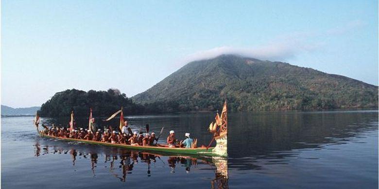 Penduduk Banda Neira menggunakan perahu Kora-Kora saat melintasi perairan Banda. Kepulauan Maluku menjadi incaran penjajah Belanda dan Inggris karena kekayaan rempahnya.