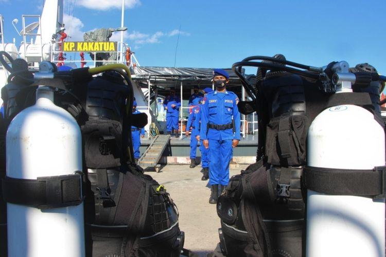 Sejumkah oersonil Polairud Polda NTB bersiaga, menanti perintah membantu tim tim pencari KRI Nanggala 402 di Banyuwangi. Personil Polairud Pada NTB melaksanakan apel sore di Pelabuhan Lembar Lombok Barat, Jum'at (23/4/2021), mereka disiagakan jika sewaktu waktu tenaga mereka dibutuhkan.