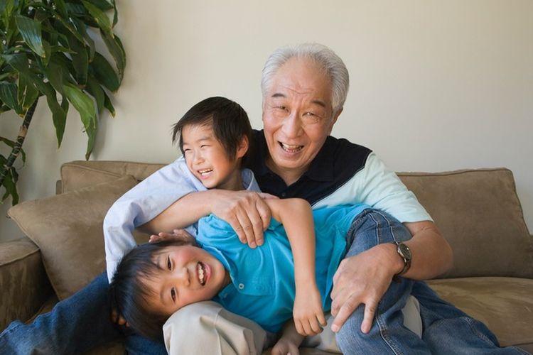 Ilustrasi kakek bermain bersama cucu