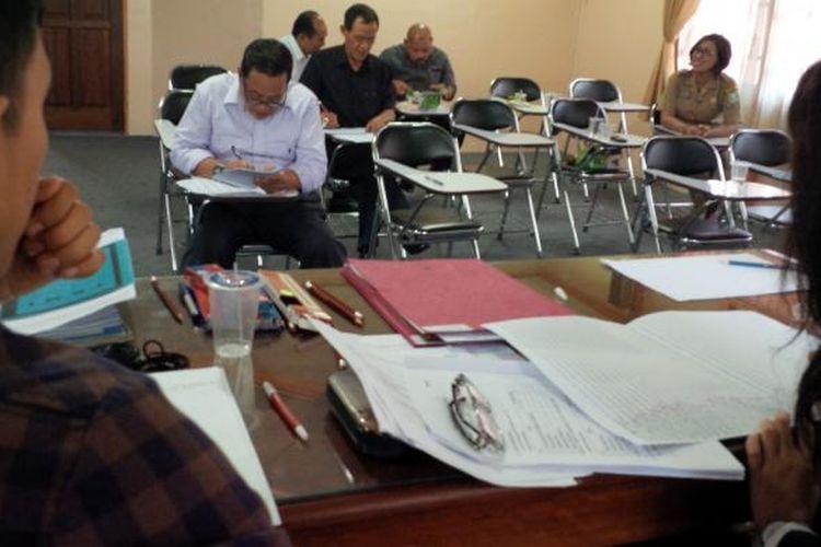 Sejumlah calon kepala daerah sedang melakukan test tertulis (psikotes) diawasi petugas di RSJ Daerah Sungai Bangkong, Pontianak, Kalbar (28/7/2015)