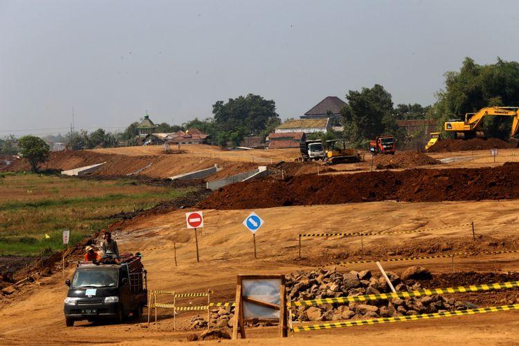 Kendaraan melintas pada pembangunan Tol Gempol Pasuruan seksi 3 di Kabupaten Pasuruan, Jawa Timur, Rabu (6/6/2018). Kontruksi Tol Gempol-Pasuruan seksi 3 dari Pasuruan menuju Grati sepanjang 13,65 kilometer ditargetkan rampung pada Oktober 2018.