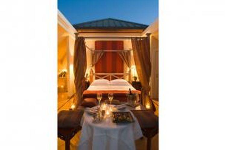 Pengunjung yang menginap di Cabriolet dapat tidur dengan suasanya terbuka dan beratap bintang-bintang di langit. Caranya pengunjung hanya perlu menekan tombol untuk membuka kamar menjadi sebuah ruangan terbuka.