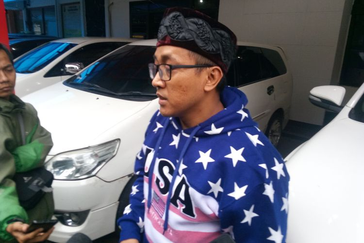 Tedi Padriyana, suami mendiang Lina Jubaedah tengah diwawancara awak media usai dimintai keterangan oleh pihak kepolisian di Mapolrestabes Bandung, Jumat (10/1/2020).