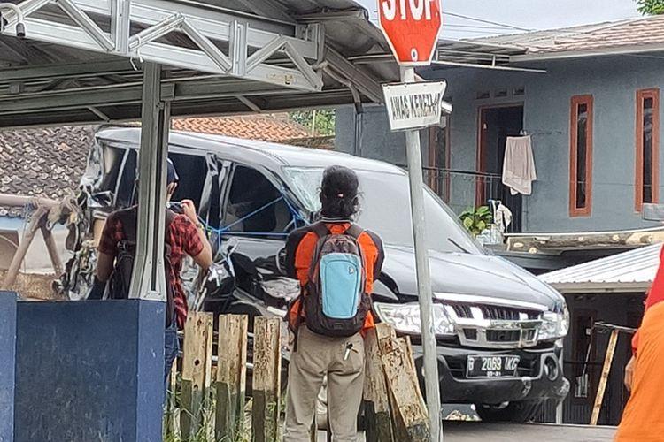 Mobil karyawan BNI terseret kereta saat melintas di perlintasan kereta tanpa palang pintu di Manonjaya, Kabupaten Tasikmalaya, Selasa (15/12/2020).