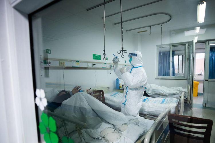 Tim medis memeriksa seorang pasien yang terinfeksi virus corona di Rumah Sakit Jinyintan Wuhan pada 26 Januari 2020.