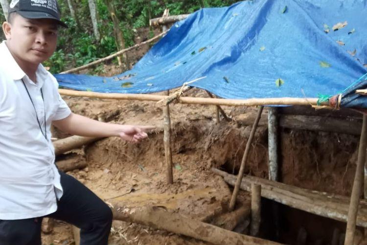 Tim Direskrimsus Polda Banten menutup tambang emas di hutan sakral Baduy, Lebak. Polisi masih melakukan penyelidikan untuk mencari siapa pemilik lubang tambang emas ilegal
