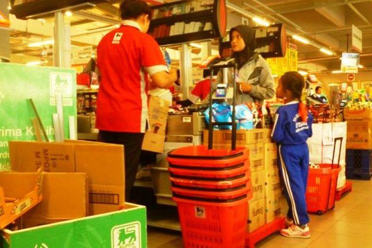 Seorang kasir di Superindo Ungaran, mengepak barang belanjaan customer menggunakan kardus.