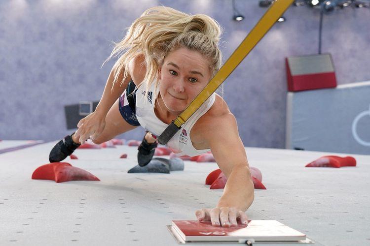 Atlet panjat tebing Inggris Raya Shauna Coxsey tampil pada babak kualifikasi kecepatan di Olimpiade Tokyo 2020.