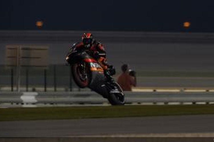 Pebalap NGM Mobile Forward Racing asal Spanyol, Aleix Espargaro, membalap di Sirkuit Losail, Qatar, pada hari pertama uji coba terakhir pramusim MotoGP 2014, Jumat (7/3/2014).