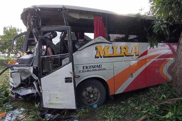 Kondisi bus mira ringsek bagian depan usai menabrak truk pengangkut ayam potong di ruas jalan Surabaya-Madiun, KM 143-144, Desa Kaligunting, Kecamatan Mejayan, Kabupaten Madiun, Selasa (9/2/2021)