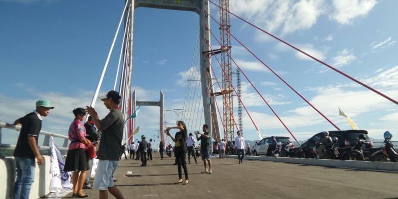 Warga Ambon antusias menyambut diresmikannya Jembatan Merah Putih oleh Presiden RI Joko Widodo pada Selasa (4/4/2016). Tampak dalam gambar aktivitas selfie pada Selasa pagi (5/4/2016).