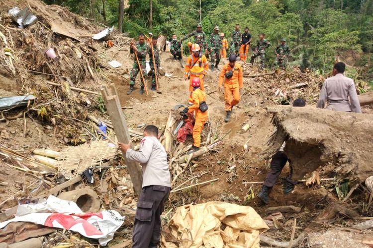 Proses pencarian korban tertimbun longsor di Desa Busur Timur, Lombok Utara masih dilakukan oleh Tim SAR, TNI dan Polri hingga Senin (13/8/2018).