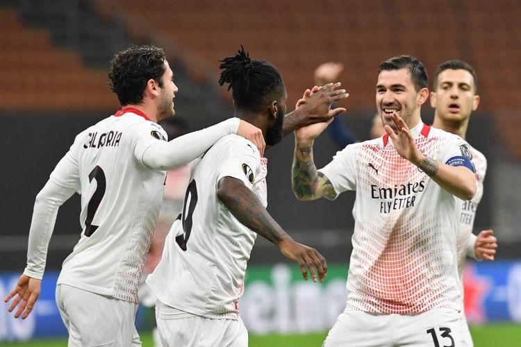 Para pemain AC Milan merayakan gol Franck Kessie pada laga leg kedua babak 32 besar Liga Europa kontra Red Star Belgrade di Stadion San Siro, Milan, pada Jumat (26/2/2021) dini hari WIB.