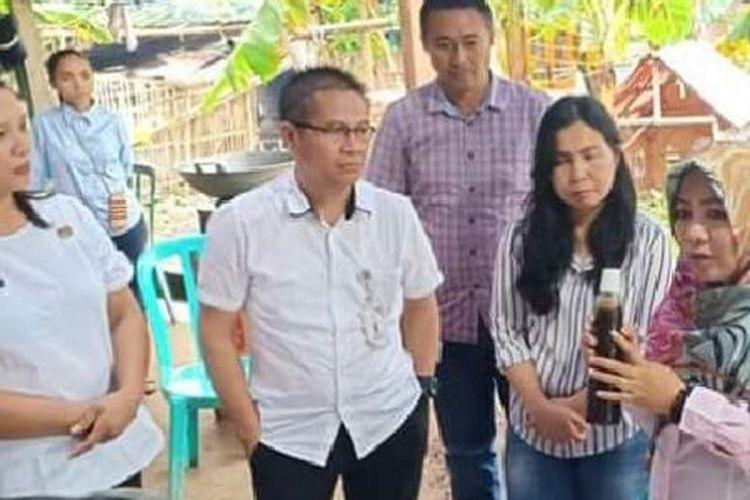 Hukum Tua atau Kepala Desa Liwutung Fita Onsu sedang menunjukkan kecap dari air kelapa yang dihasilkan Desa Liwutung, di Kabupaten Minahasa Tenggara, Sulawesi Utara
