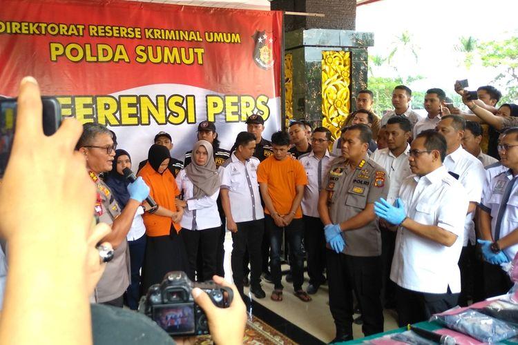 Kapolda Sumut Irjen Pol Martuani Sormin (kiri dan memegang mik) memaparkan kasus pembunuhan hakim PN Medan, Jamaludin (55). Tampak dua orang tersangka, Zuraida dan tersangka lainnya.