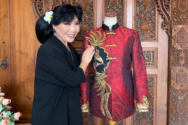 Desainer Anne Avantie berpose bersama baju rancangannya yang dikenakan oleh Presiden Joko Widodo pada perayaan Imlek 2021 yang diselenggarakan secara virtual, Sabtu (20/2/2021).