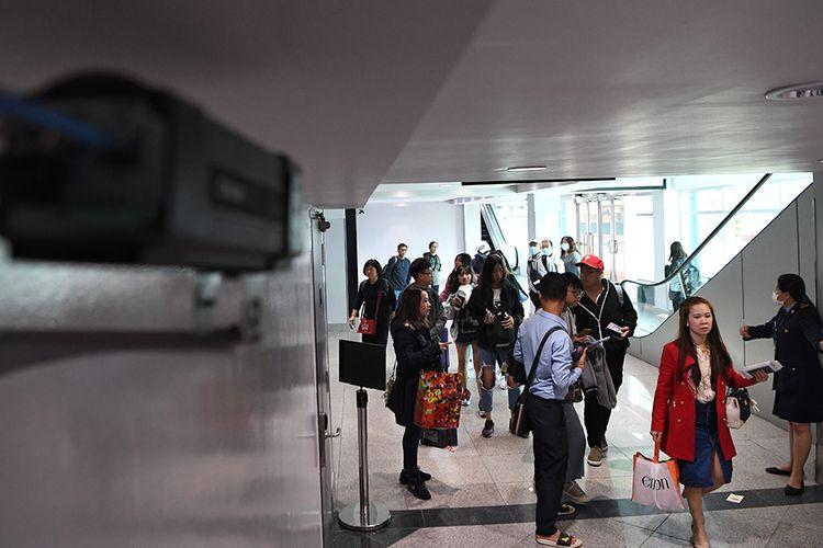 Alat pemindai suhu tubuh memonitor penumpang yang baru tiba di Bandara Internasional Phnom Penh, Vietnam, Rabu (22/1/2020), menyusul temuan warga diduga terinfeksi virus corona di negara itu. Hingga saat ini, sudah 12 negara di berbagai belahan Bumi yang positif mengumumkan terdampak virus corona yang dilaporkan sudah menjangkiti 1.300 orang dan membunuh 41 orang di China.
