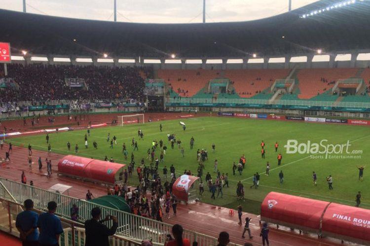 Suporter Persita Tangerang masuk ke lapangan saat berhadapan dengan Kalteng Putra pada final Liga 2 2018 di Stadion Pakansari, Cibinong, Selasa (4/12/2018).