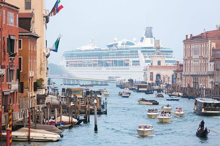Kapal pesiar besar melintasi Venesia, Italia.
